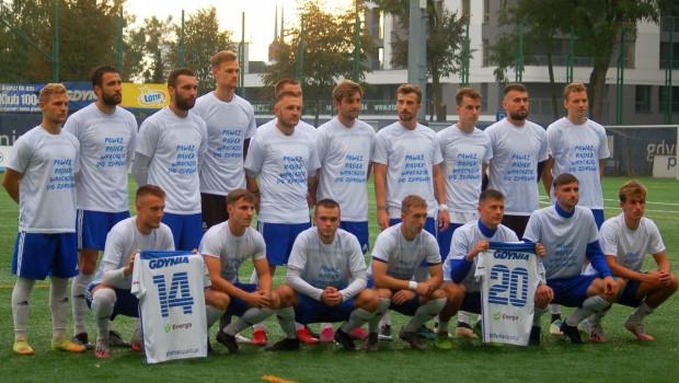 Przed meczem piłkarze Bałtyku Gdynia wyrazili solidarność z kolegami, którzy doznali ciężkich kontuzji i życzyli im powrotu do zdrowia.