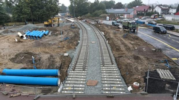 Pierwsze metry nowego torowiska są już położone. W sumie trasa Nowa Warszawska będzie miała długość ok. dwóch kilometrów.