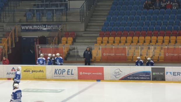 Prezes Marek Kostecki został także trenerem I-ligowego Stoczniowca Gdańsk. Na zdjęciu boks drużyny podczas meczu w Toruniu.
