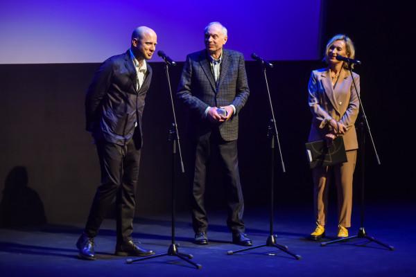 Dyrektorzy gdyńskiego festiwalu podczas gali otwarcia: Tomasz Kolankiewicz (z lewej) i Leszek Kopeć (w środku).