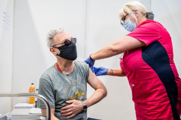 Trzecia dawka szczepienia przeciw COVID-19 będzie dostępna dla pracowników ochrony zdrowia oraz osób powyżej 50. roku życia.