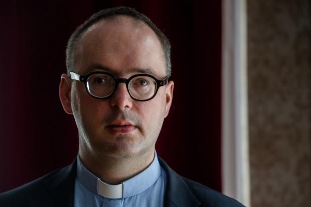 Dawid Ogrodnik wcieli się w rolę ks. Kaczkowskiego (na zdjęciu).