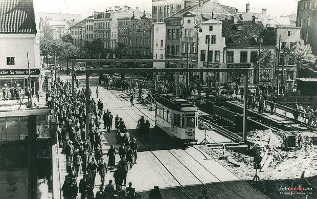 Historyczne zdjęcie przedstawiające zwodzony most Stągiewny.