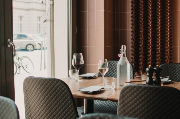 Odpowiednio doświetlone wnętrze i stonowana kolorystyka nadają klimat 1911 Restaurant w Sopocie.