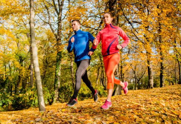 Strój do biegania można skompletować nawet do 200 zł. Droższe produkty często służą dłużej, ale cena stroju wcale nie świadczy o tym, czy spełni swoją funkcję. Może być najtańszy, byle był kompletny.
