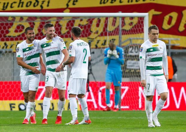 Lechia Gdańsk awansowała do 1/16 finału Fortuna Pucharu Polski. Dwa gole Jagiellonii Białystok strzelił Łukasz Zwoliński (z lewej), a rejestr bramkowy otworzył Maciej Gajos (nr 7).