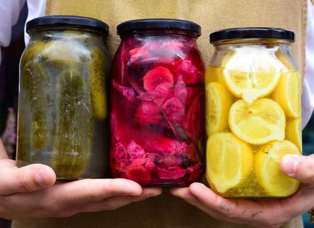 Fermentacja to jedna z najprostszych i najbardziej skutecznych metod konserwowania żywności. To jednak nie jedyna korzyść, jaką daje kiszenie warzyw i owoców.