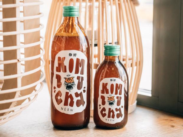 """Kombucha znana jest jako """"eliksir nieśmiertelnego zdrowia"""". To całkowicie naturalny napój o właściwościach antyoksydacyjnych. Ta fermentowana, musująca herbata zaskakuje świeżością smaku i natychmiastowym orzeźwieniem. W Neonie kombucha rozlewana jest do wygodnych butelek o pojemnościach 500 i 250 ml."""