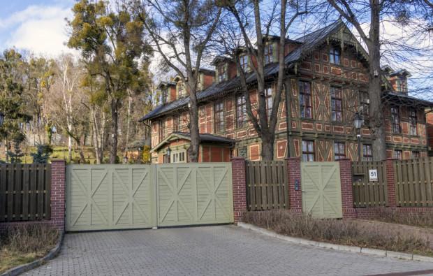 Rezydencja, w której przez lata mieszkał arcybiskup Głódź i przy której wypasał daniele.