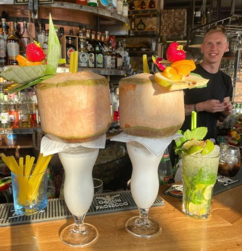Coctail bar max ma dużą kolekcję alkoholu.