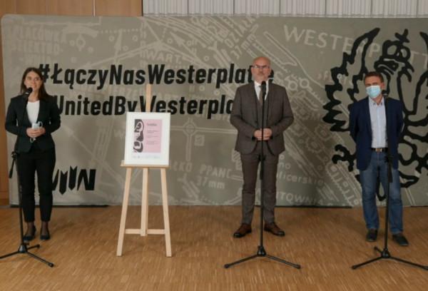 Prof. Grzegorz Berendt (w środku) ogłosił, że Muzeum II WŚ nadal jest właścicielem działek na Westerplatte i rozpoczyna tam kolejny etap inwestycji. Filip Kuczma (z prawej) zapowiedział nowe badania archeologiczne.