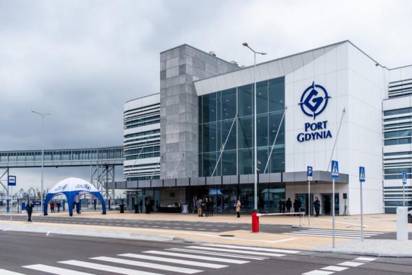 Przedstawiciel Stena Line, jednego z operatorów promowych, zapowiedział na uroczystości, że pierwszy prom tej firmy przybije do nowego terminalu 1 stycznia 2022 roku o godz. 21.