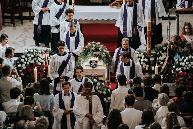 Scena ilustrująca pogrzeb Grzegorza Przemyka.