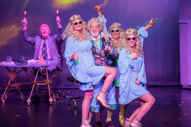 """Największym wydarzeniem teatralnym Tygodnia Niemieckiego (28.09-4.10) będzie spektakl Teatru Schlosspark """"Życiorys Pana Boga"""". Spektakl prezentowany będzie w Gdańskim Teatrze Szekspirowskim 28 i 29 września."""