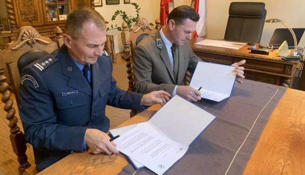 Dyrektor Regionalnej Dyrekcji Lasów Państwowych w Gdańsku Bartłomiej Obajtek i Okręgowy Inspektor Służby Więziennej w Gdańsku płk Andrzej Tesarewicz podpisali już umowę o współpracy.