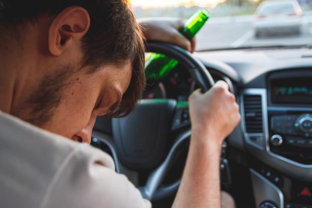 Większość pijanych kierowców łapanych przez policję ma nie więcej niż 2-2,5 promila w organizmie. Powód jest prozaiczny, wyższe stężenie alkoholu powoduje u większości ludzi utratę przytomności (zdjęcie poglądowe).