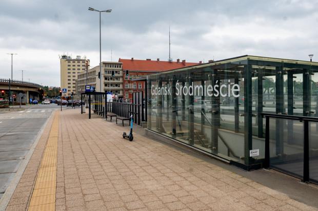 """Na przystanek """"SKM Śródmieście"""" dojeżdżają składy SKM."""