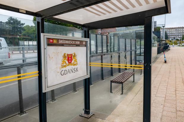"""Przystanek autobusowy """"SKM Śródmieście"""". Przez jakiś czas zatrzymywał się tu autobus 118."""