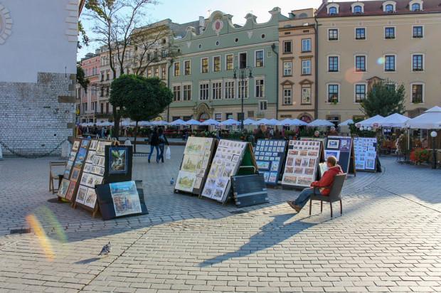 W Krakowie uchwałą o parku kulturowym uregulowano m.in. zasady prowadzenia stoisk artystów. Zdjęcie krakowskiego rynku z 2009 r.
