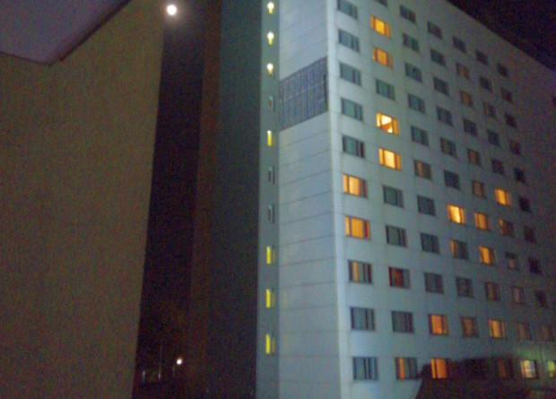 Wskutek silnego wiatru ucierpiała elewacja hotelu Mercure w Gdyni.
