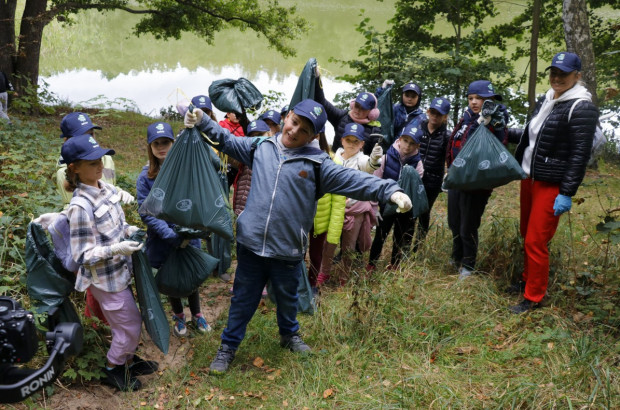 W ramach akcji zorganizowanej przez Port Service, dzieci sprzątały okolice Pustego Stawu na Stogach.