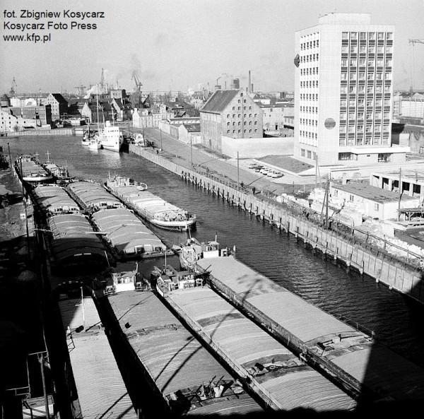 Barki na Motławie pomiędzy Wyspą Spichrzów a ul. Szafarnia. Widoczny biurowiec Hydrosteru, a w oddali statek Panna Wodna. Obecnie w tym miejscu mieści się marina żeglarska.
