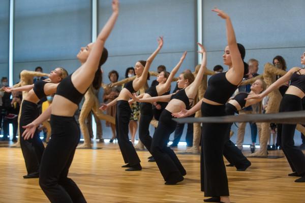 Uroczystość nadania Państwowemu Liceum Plastycznemu w Gdyni imienia Magdaleny Abakanowicz, połączoną z wernisażem prac artystki, uświetnili swoim występem uczniowie Państwowej Szkoły Baletowej w Gdańsku.