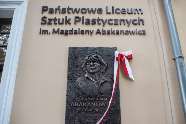 Magdalena Abakanowicz została patronką Państwowego Liceum Sztuk Plastycznych w Gdyni.