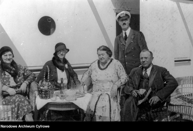 Eustazy Borkowski z małżonką Wilhelminą (siedzi druga z prawej) w towarzystwie m.in. amerykańskiego milionera Kohna na pokładzie statku s/s Kościuszko. Zdjęcie wykonano w 1931 roku, na pięć lat przez srebrnymi godami pary.