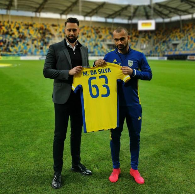 Marcus z prezesem Michałem Kołakowskim oraz koszulką symbolizująca, ile goli strzelił dla Arki Gdynia w oficjalnych meczach.
