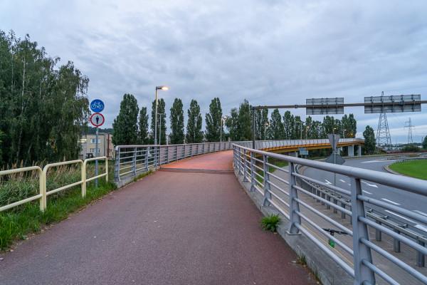 Jeszcze przed budową estakady rowerowej wskazywano na pilniejszą potrzebę budowy bezpiecznego przejazdu między ulicami Janka Wiśniewskiego a Hutniczą. Dopiero teraz materializują się te postulaty.