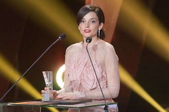 """Maria Dębska, czyli najlepsza aktorka 46. FPFF w Gdyni. Statuetkę przyniosła jej rola Kaliny Jędrusik w filmie """"Bo we mnie jest seks""""."""