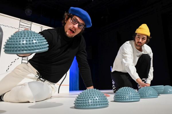 Siłą spektaklu Teatru Miniatura jest to, że działań aktorów nie trzeba interpretować. Niektóre dzieci nazywają to co robi Piotr Srebrowski (po lewej) i Jakub Ehrlich, inne tylko chłoną wrażenia ze spektaklu.