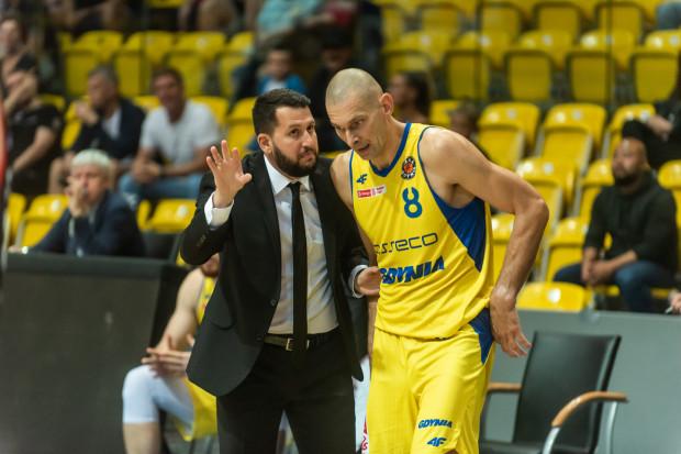 Milos Mitrović (z lewej) dostał trzech nowych koszykarzy i nie wyklucza kolejnych wzmocnień. Plan na najbliższe tygodnie to m.in. zmniejszyć liczbę strat Asseco Arki i bardziej produktywnie wykorzystywać doświadczonego Filipa Dylewicza (z prawej).