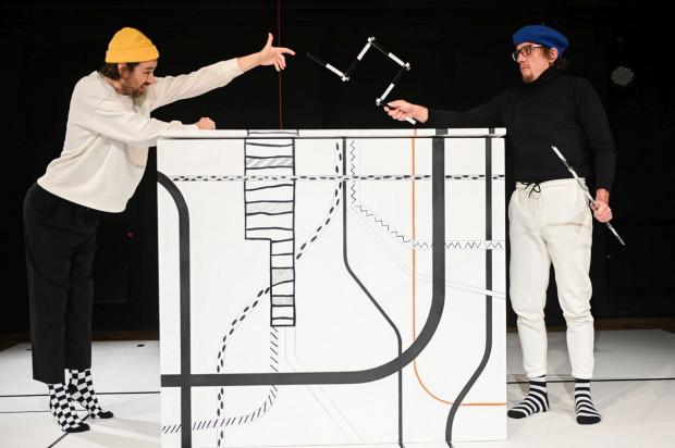 """Najważniejszym elementem spektaklu dla najnajów """"To tu to dom"""" jest wielkie, intrygujące pudło, wykorzystywane przez aktorów na wiele sposobów."""