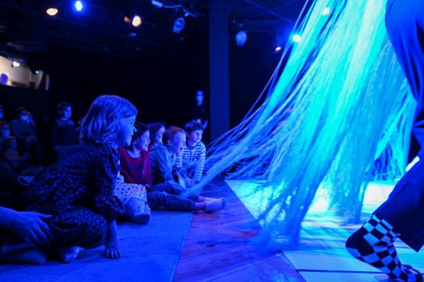Niespełna 30-minutowe przedstawienie składa się z części teatralnej i zabawy najmłodszych elementami scenografii. Obie części angażują dzieci i wywołują żywe emocje.
