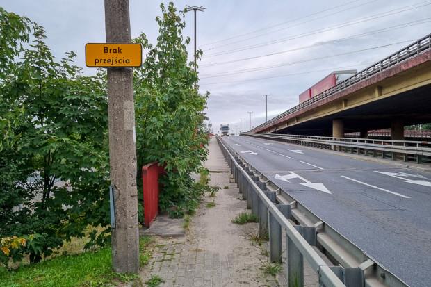 Chodnik techniczny od ul. Hutniczej w stronę ul. Janka Wiśniewskiego.