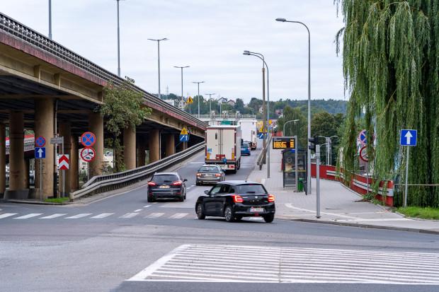 Przystanek Hutnicza - Estakada 01, który rowerzyści będą omijali za wiatą (po prawej).