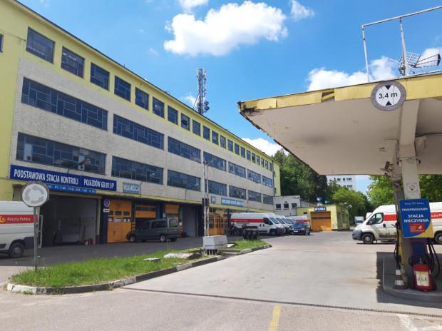 Na terenie Poczty Polskiej znajdują się m.in. budynki magazynowe i stacja benzynowa.