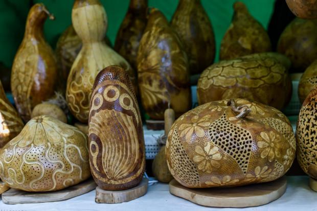 Na zdjęciu: lampy zrobione z tykwy, afrykańskiej rośliny. Niektóre mają nawet 50 tysięcy ozdobnych nakłuć.