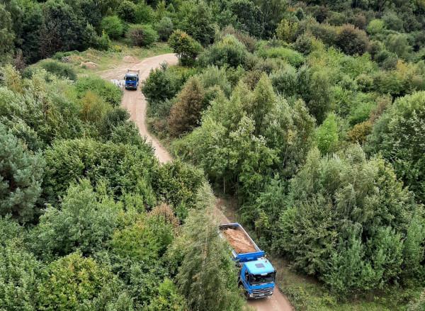 Obciążone ciężarówki na leśnej drodze gruntowej zauważone przez naszego czytelnika.