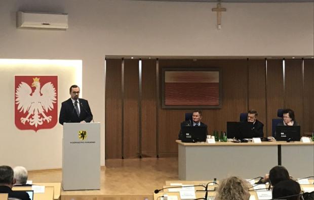 Głos na sesji ws. ustawy metropolitalnej zabrał Marcin Horała (na mównicy), wiceminister w rządzie PiS.