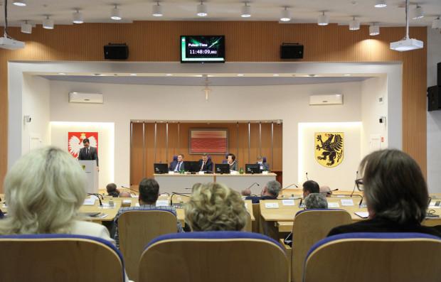 Po długiej dyskusji radni sejmiku przyjęli apel do marszałek Sejmu ws. ustawy metropolitalnej.