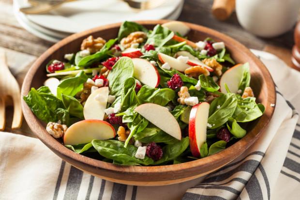 Najzdrowsze są jabłka spożywane na surowo. Możemy dodawać je m.in. do sałatek.