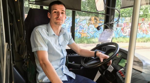 Pan Maciej już kilkakrotnie pomagał pasażerom swojego autobusu.