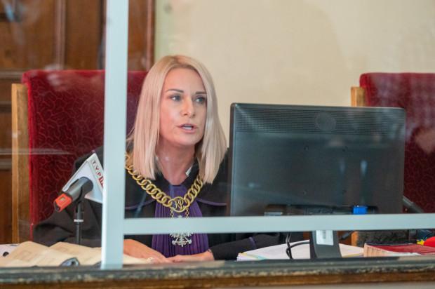 Sędzia Małgorzata Uszacka uznała, że oskarżeni są winni zniszczenia pomnika i spowodowania w ten sposób strat w wysokości ok. 7 tys. zł, zarazem jednak odstąpiła od ukarania ich - ze względu na znikomą szkodliwość społeczną czynu.