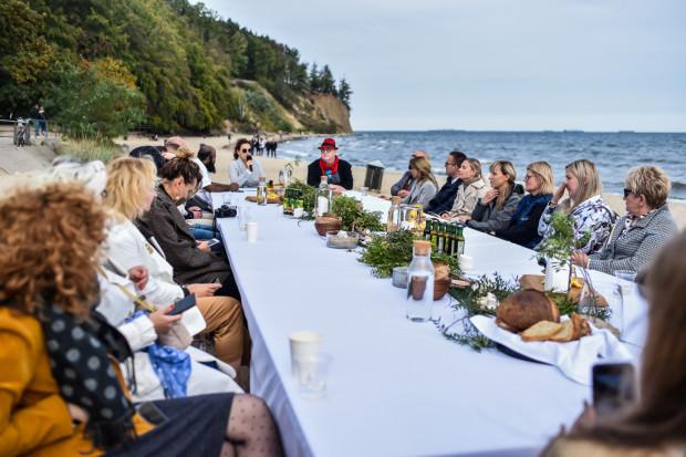 Akcja promocyjna ogólnopolskiego, kulinarnego festiwalu Celebracje & Degustacje odbyła się na plaży w Gdyni Orłowie.