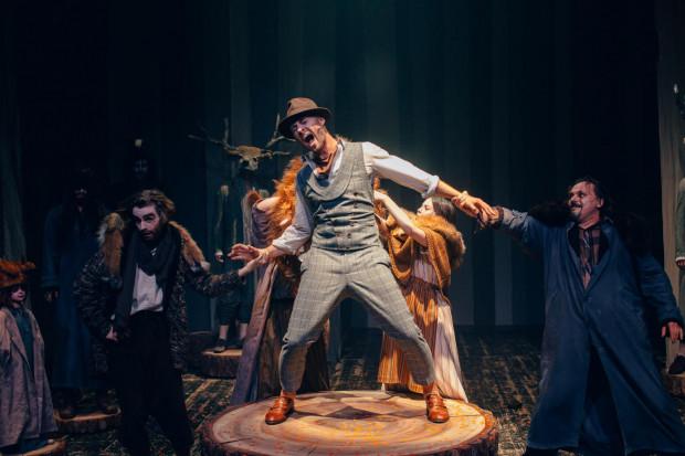 Tytułowy Lis Witalis w wykonaniu Piotra Chysa (w środku) jest przebiegły i zawadiacki, ale da się lubić, nawet gdy zjada gąskę.