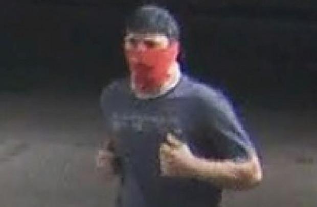 Mężczyzna poszukiwany w związku z rozbojem przy użyciu przedmiotu przypominającego broń.