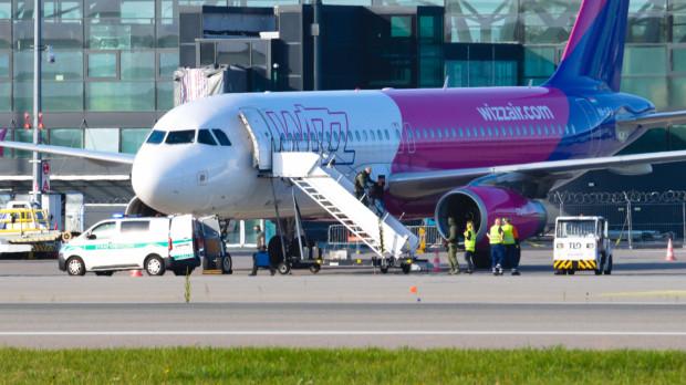Mężczyzna opuścił samolot w towarzystwie straży granicznej.